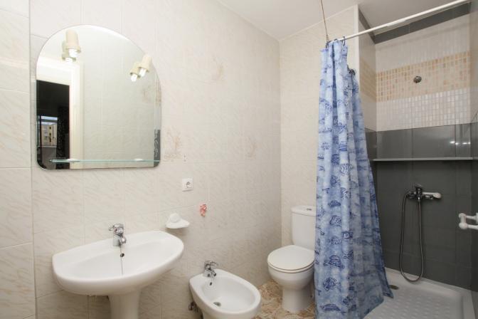 1364490223bxnzwfkq_bathroom_resize.jpg