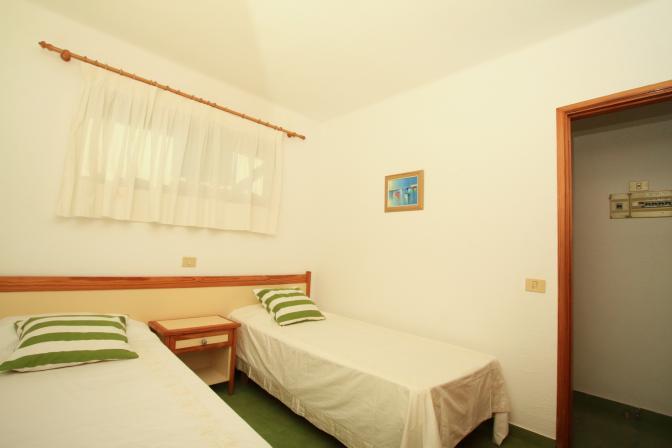 1369480095isqwckja_bedroom.jpg